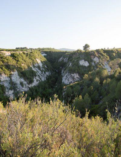 """A la banda dreta hi ha el barranc de la Lloma Rasa. A l'esquerra el Barranc de Morera. Al bell mig dels dos, com un punt de confluència, hi ha """"La punta del Cuerno"""". Un turó que abans esventrat per una senda que abans comunicava les finques de """"Can Tadeo"""", """"La Casa Gandia"""" i """"La casa Mora"""". A l'esquerra es pot observar la """"Can Tadeo"""""""