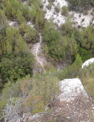 Al fons la senda que travessa el barranc de Gosgorròbio. L'alçada que salva el pont és considerable.