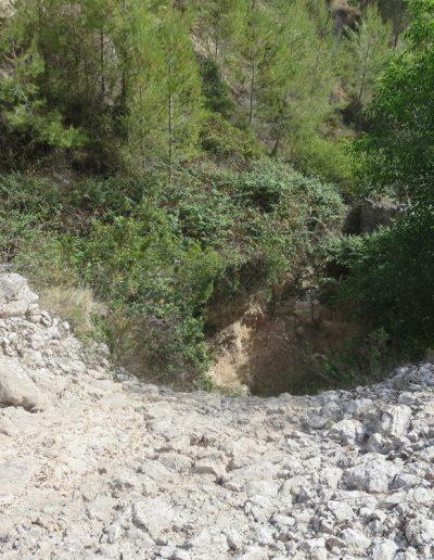 Roquissar que domina la part més baixa del barranc de Gosgorròbio. Baix del mateix, arrecerada, es troba la font.