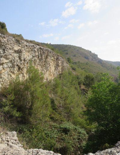 Les parets de l'esquerra marquen l'abruptesa del terreny. La vegetació domina en presència i al fons, a l'esquerra, s'alça el cabeço de Tiriran.