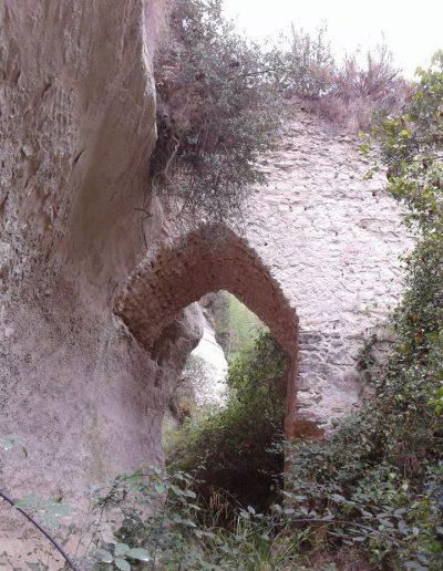 El sortint natural de la roca sobre el que s'assenta el pont s'aprecia a la imatge perfectament. A l'altra banda la construcció arquitectònica no permet parlar plenament de pilar. La presència de la vegetació dificulta l'accés al lloc.