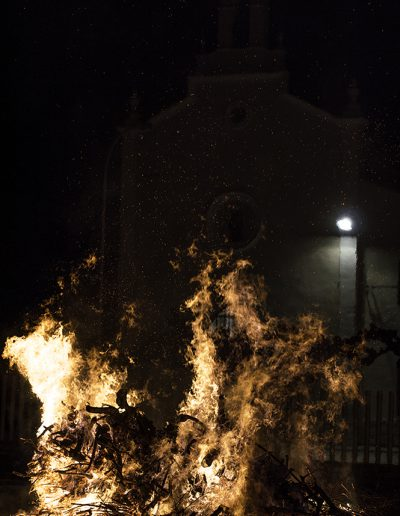 La foguera de Sant Antoni amb l'ermita al fons. Aquest és un dels actes amb què els planers i planeres celebren a Sant Antoni. El segueixen el sopar de germanor i l'endemà la missa major, la benedicció dels animals i la tradicional xocolatada.