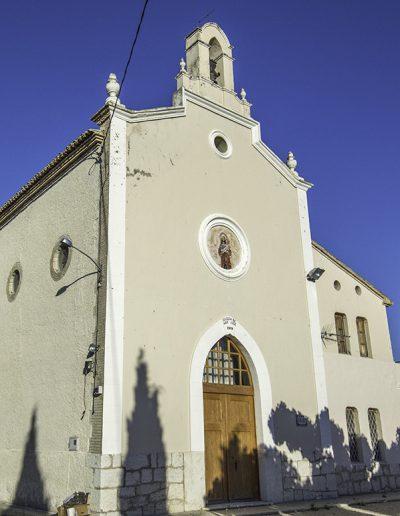Església del Pla i l'escola adjacent. Aquesta foto representa perfectament els trets estilístics abans esmentats.