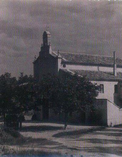 Fotografia de l'any 1945 de l'ermita del pla. Amb aquesta foto, és inevitable comparar l'abans i el després… amb el protagonisme posterior de la industrialització de la terra.