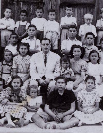 Alumnes de la partida a l'escola del Pla. Recopilació de fotos antigues.