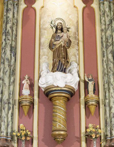 Sant Josep presideix l'altar de l'Església.