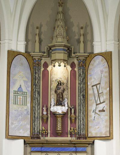 Sant Josep presideix l'altar i la Puríssima i la Verge del Rosari flanquegen cadascuna de les parets laterals.