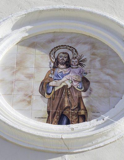 Inscripció que indica l'any de la seua inauguració, 1919. Sobre el frontó hi ha una espadanya i un rosetó cec amb una imatge Sant Josep, que és el sant a qui s'ha dedicat el temple.